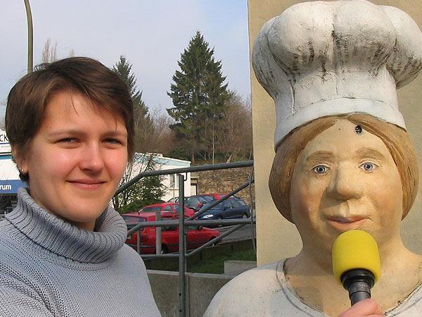 Anna Kopetsch im Gespräch mit einer Lechner-Figur