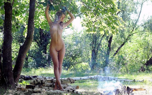 Молоденькая, обнаженная, девушка, стройная, тело, грудь, животик, пися, ножки, стоит, поляна, трава, деревья, природа