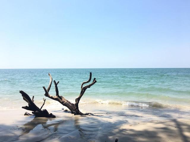 หาดราชการุณย์ เป็นหาดที่ตั้งอยู่ในเขตดูแลของทหาร