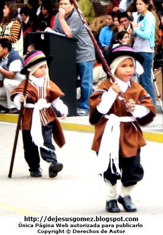 Foro de niños en plena actuación de danza peruana por Jesus Gómez