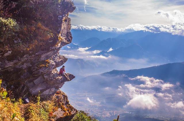 Lảo Thẩn trong một chiều nắng rực rỡ, những ánh nắng chiều xuyên mây tạo nên vạt ray sáng lung linh, huyền ảo. Trước khoảnh khắc hiếm có của thiên nhiên, mỗi du khách đều có thể tận hưởng, và ngắm nhìn những vạt nắng chiều làm khung cảnh trở nên rực rỡ.
