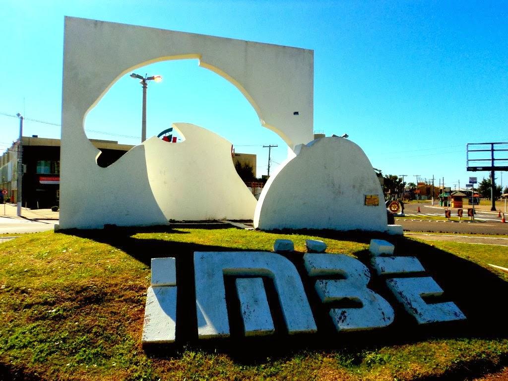 """Monumento """"O Boto"""", em Imbé"""