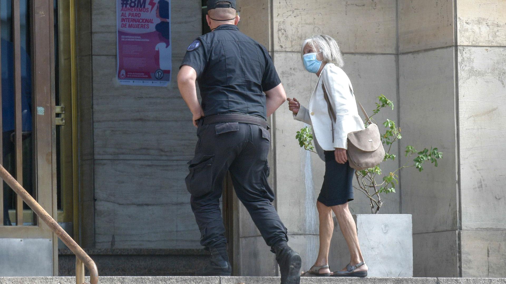 Beatriz Sarlo declaró que la esposa de Kicillof le ofreció vacunarse antes de tiempo
