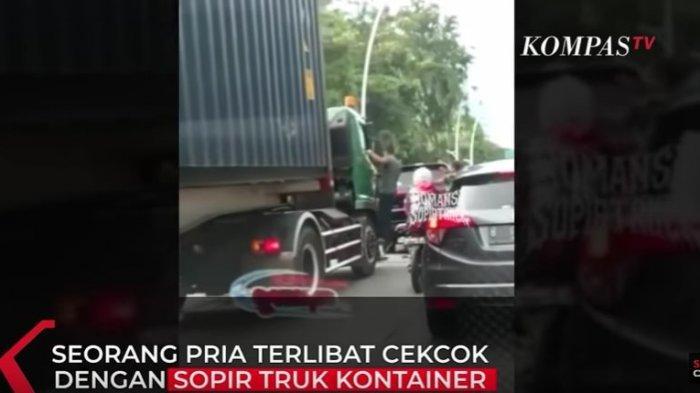 Video pria pengemudi mobil Pajero memanjat pintu sebuah truk trailer, viral di media sosial. (Tangkapan Layar YouTube Kompas TV)