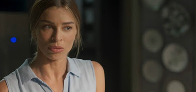 Paloma flagra momento íntimo de Vera e Alberto e sente ciúme