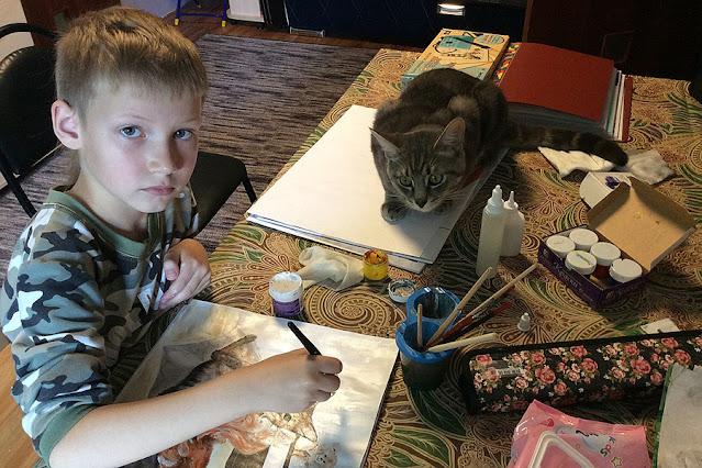 10-летний художник из России, продаёт свои картины, чтобы помогать бездомным животным