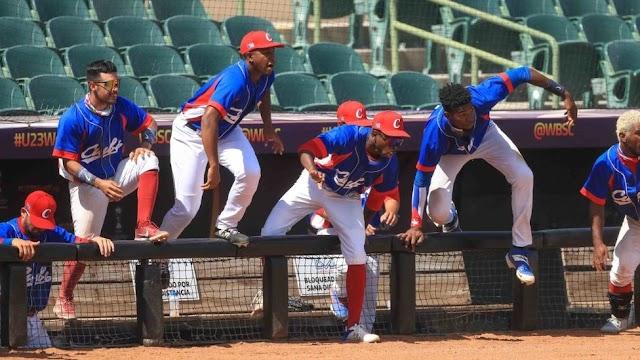 Una decena de jugadores de béisbol cubanos protagonizan la mayor deserción de la isla en años durante un torneo en México