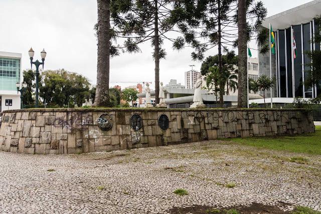 Canteiro em frente a Assembleia Legislativa do Paraná