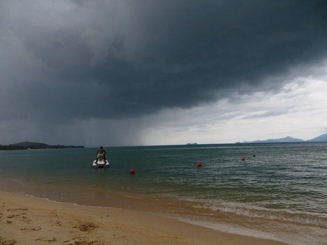 Черные тучи над пляжем Маенам