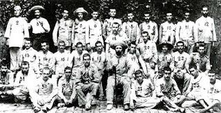 Fotografía de los soldados españoles que lograron sobrevivir al sitio de Baler. Jesús García Quijano es el número 28, a la izquierda del teniente Martín Cerezo, retratado con la herida que sufrió en el pie al comienzo del largo asedio.
