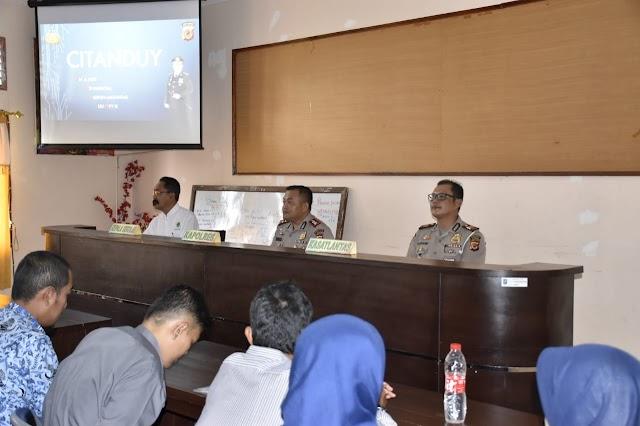 Kasat Lantas Dan Kapolres Banjar Sosialisasikan Keselamatan Berlalu Lintas Ke Siswa Dan Guru SMAN 3 Banjar