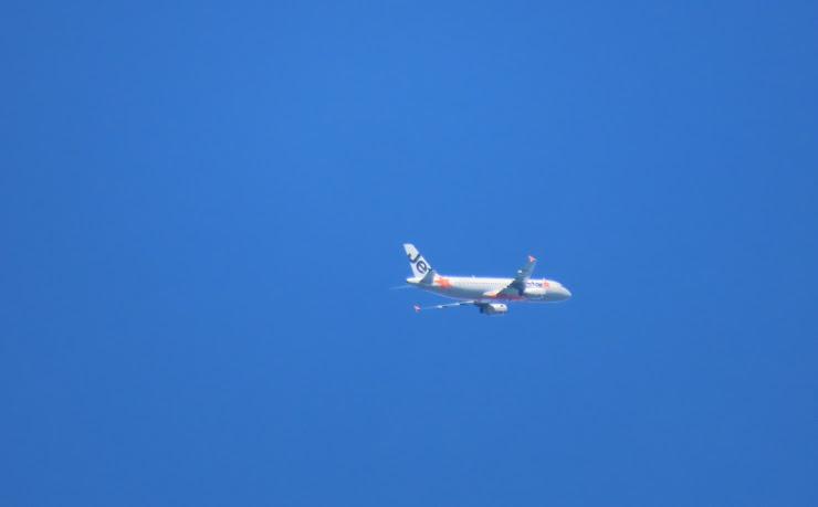 真っ青な空に飛び立つJet Star機