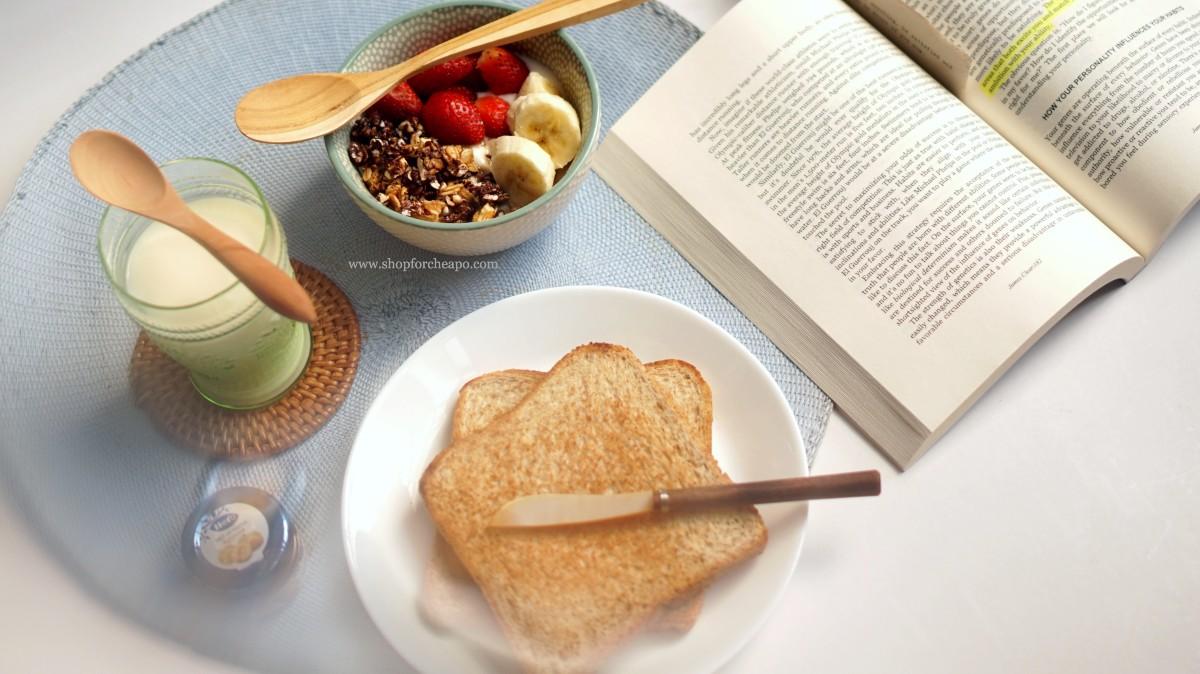 set breakfast dengan toasted bread menggunakan sendok kayu