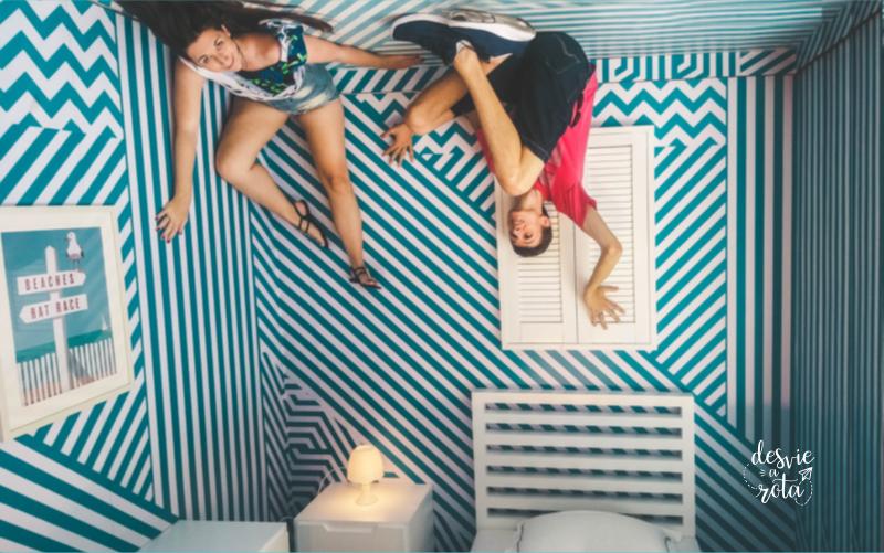 Casal no teto de um quarto azul