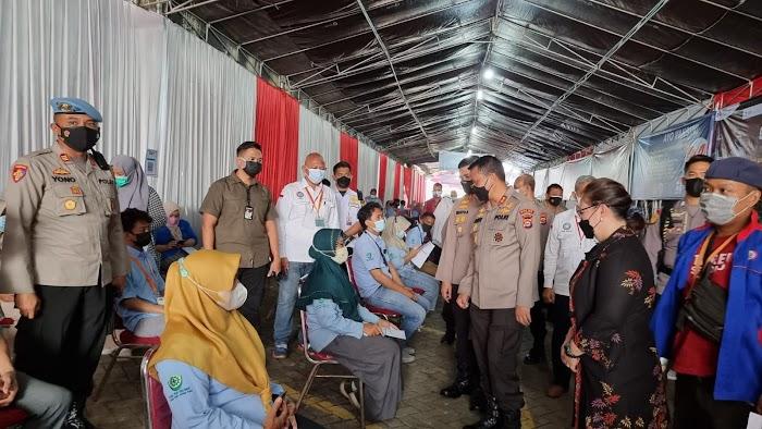Kapolda Banten Cek Vaksinasi Buruh di PT. Victory Chingluh Pasar Kemis Tangerang
