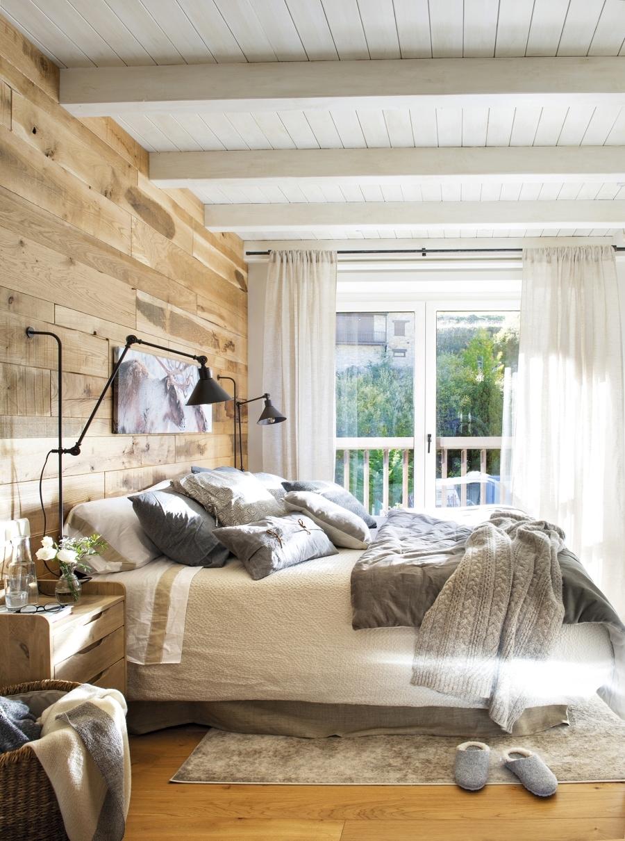 Królestwo szarości i drewna, wystrój wnętrz, wnętrza, urządzanie domu, dekoracje wnętrz, aranżacja wnętrz, inspiracje wnętrz,interior design , dom i wnętrze, aranżacja mieszkania, modne wnętrza, szare wnętrza, białe wnętrza, styl skandynawski, scandinavian style, sypialnia, bedroom, łóżko, ściana z desek, drewniana ściana, industrialne lampki
