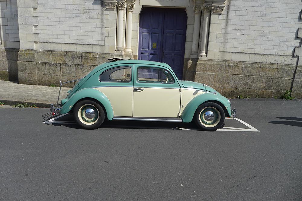 Rassemblement de voitures vintages Coccinelle volkswagen bicolore