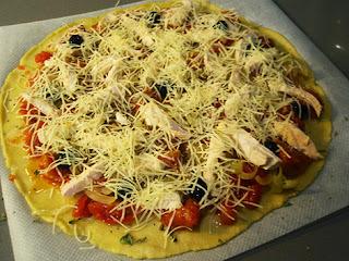 Elaboración de una pizza de pollo y tomates confitados