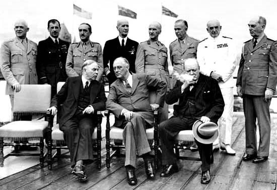 Primer Ministro canadiense W.L. Mackenzie King, el presidente de los Estados Unidos Franklin D. Roosevelt y el primer ministro británico Winston Churchill