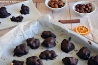 Σοκολατάκια βραχάκια με ξηρούς καρπούς και καραμέλα από χουρμάδες - by https://syntages-faghtwn.blogspot.gr