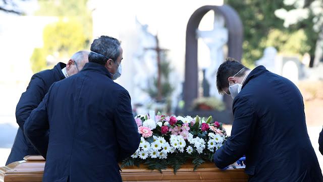 Aíslan a un municipio italiano después de que cientos de personas se reunieran en un funeral