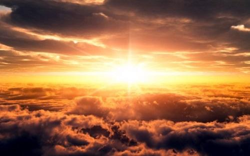 Raios de sol entre nuvens.