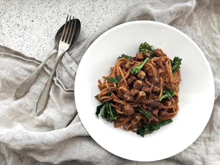 broccolini-tofupasta maapähkinävoikastikkeella