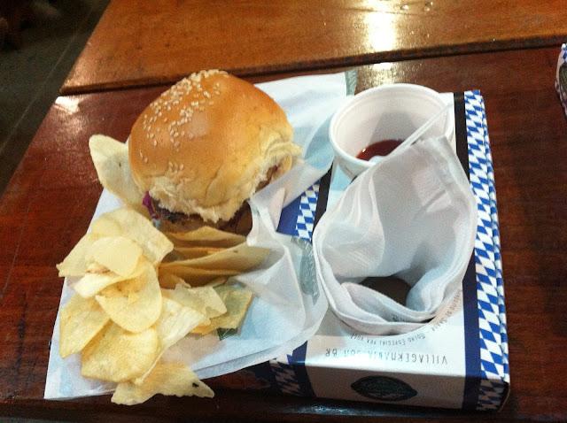 Hamburger de marreco com repolho roxo.