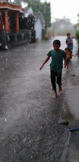 Main-hujan-hujanan