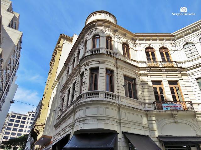 Vista ampla de uma antiga edificação na Rua Direita - Centro - São Paulo