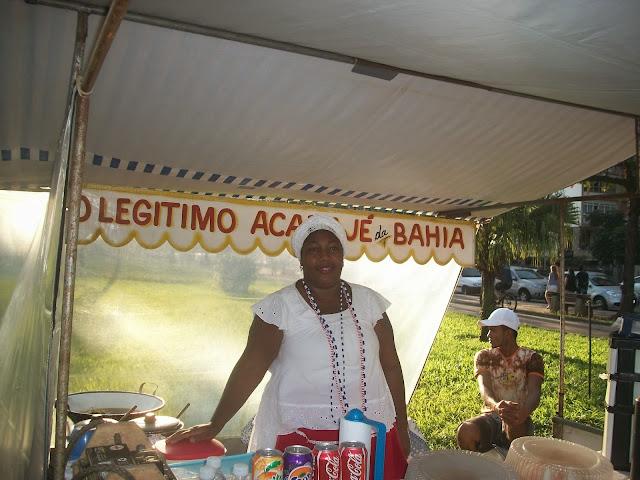 A soteropolitana em vendendo seu acarajé na feira do boqueirão.