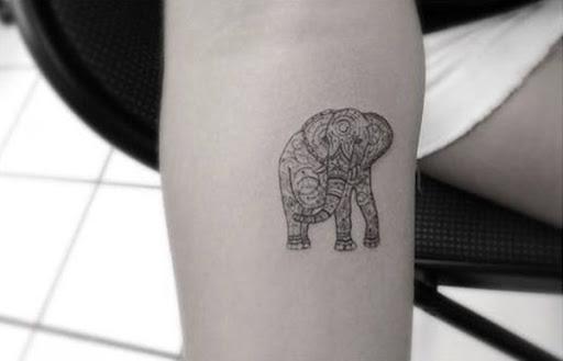 Outro exemplo de um elefante coberto em um padrão de mandala é visto aqui.