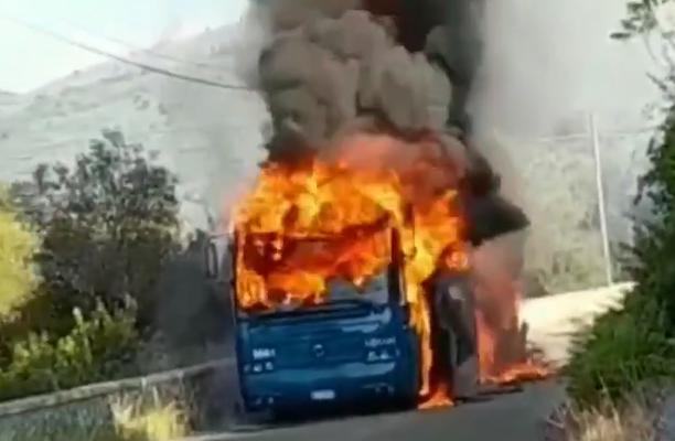 In fiamme un autobus di Cotral