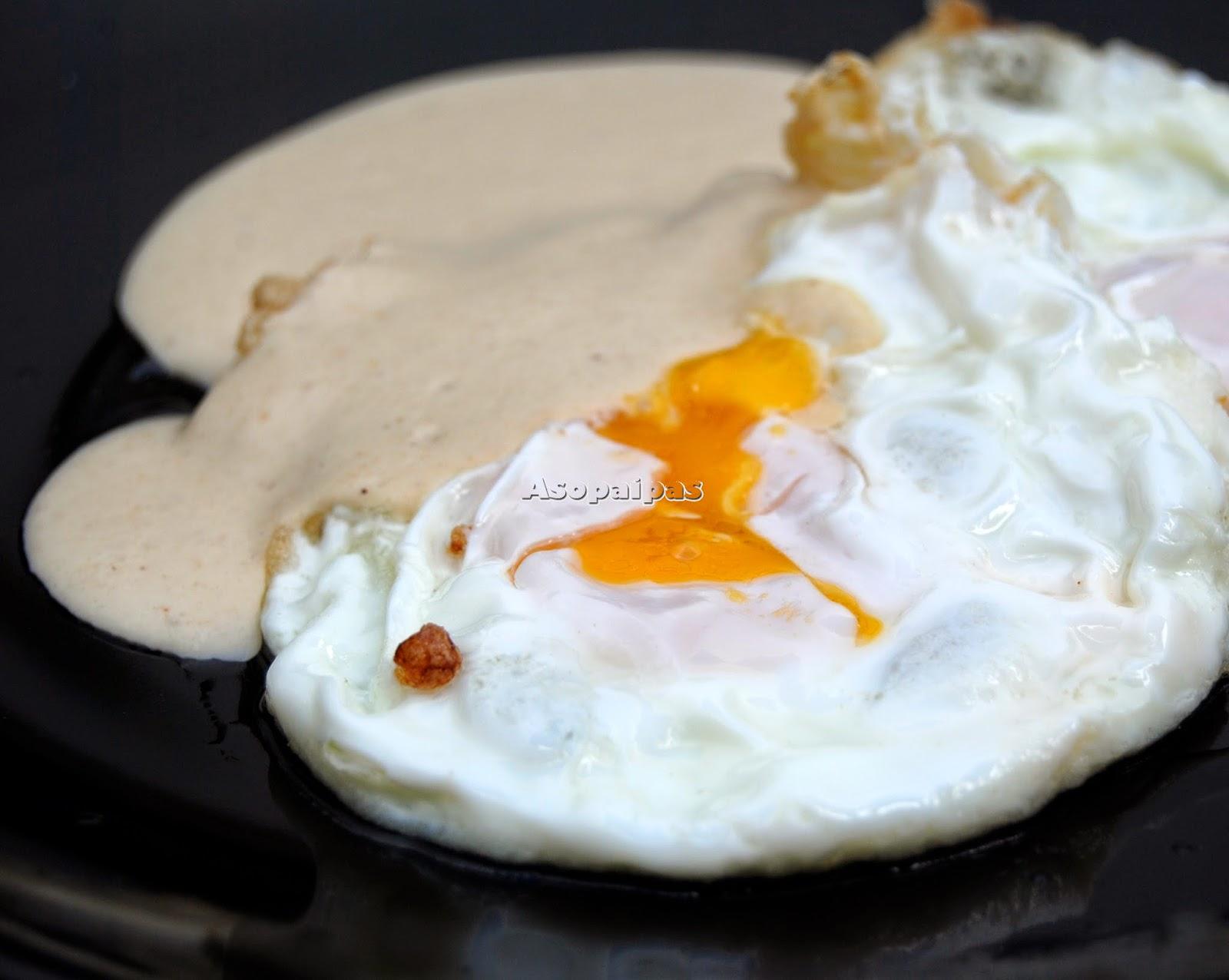 Huevos con salsa de almendras, ajos y pan frito Moriscos