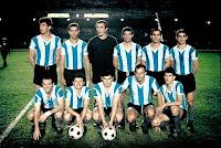 SELECCIÓN DE ARGENTINA - Temporada 1963-64 - Rattín, Ramos Delgado, Amadeo Carrizo, Vieytez, Vidal, Simeone; Ermindo Onega, Rendo, Prospitti, el Tanque Rojas y Telch - ARGENTINA 1 (Rojas), INGLATERRA 0 - 6 de junio de 1964 - Copa de las Naciones - Río de Janeiro, Brasil, estadio Maracaná - Argentina se adjudica el trofeo, claro antecedente de la Copa de Confederaciones actual