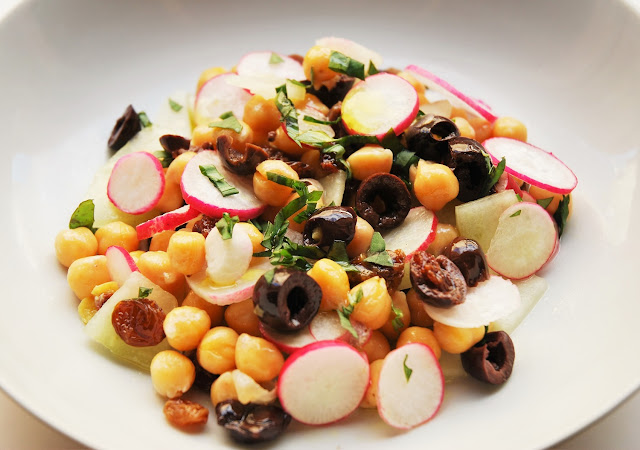 Salade pois chiches - radis - concombre - olives
