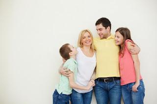 padre madre abrazando a sus hijos
