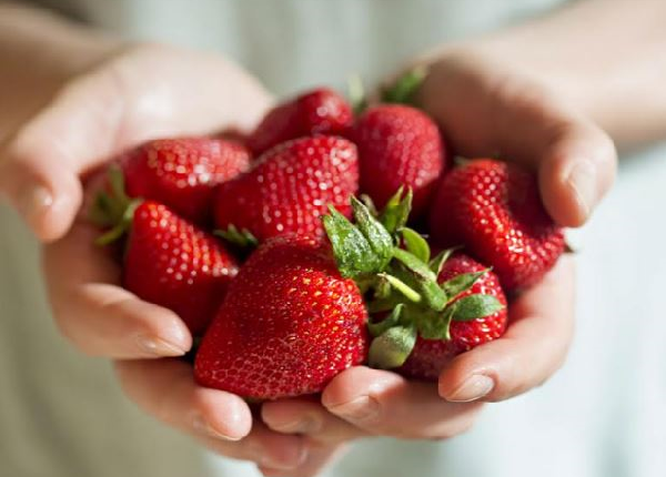 What are the benefits of strawberries for diet?