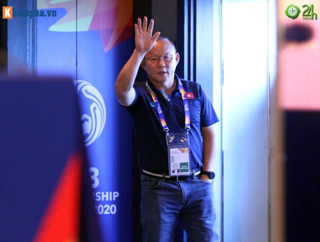 Thầy Park thân mật với HLV của UAE trước đại chiến ở giải U23 châu Á