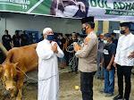 Kapolres Samosir Serahkan Sapi Qurban dari Kapoldasu ke Masjid Al-Hasanah Pangururan