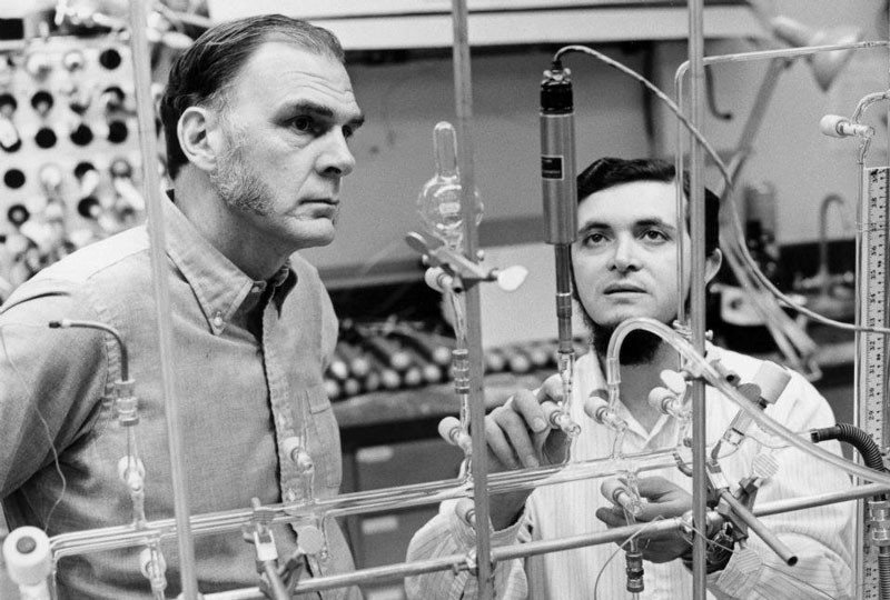 Mario Molina (right) and his supervisor (and fellow Nobel prizewinner) F. Sherwood Rowland in 1974.Credit: UCI
