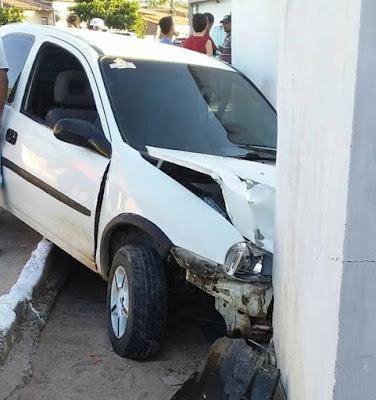 Em Olho D'Água do Casado, motorista embriagado colide em muro de residência