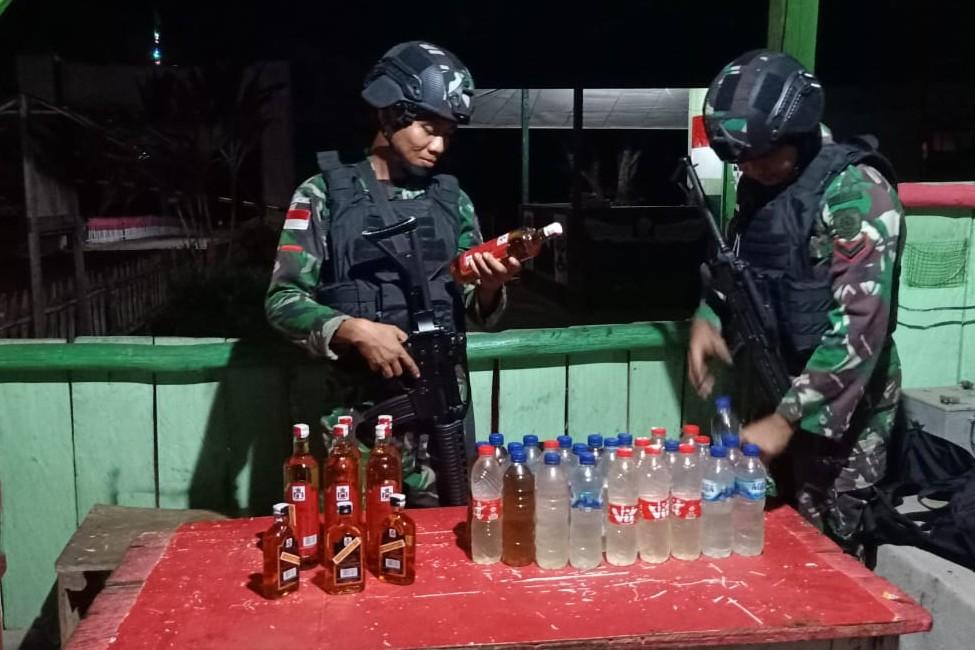 Lagi, Satgas Pamtas RI-PNG Yonif MR 411 Kostrad Amankan Puluhan Botol Miras