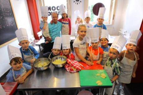 Kleutercursisten met chefkok Jurgen Decoster in Kookworkshop voor Kids