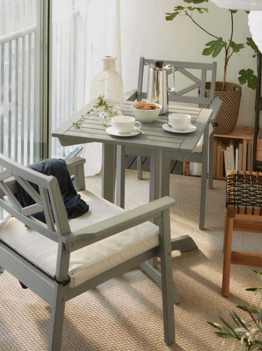 Balcón pequeño con muebles apilables