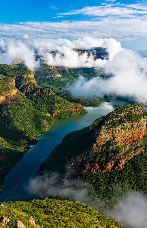 Nestled between the majestic Drakensberg Mountains and the sparkling clear waters of the Blyde River , Blyde River Canyon Lodge offers local and int
