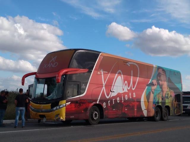 Acidente com ônibus da banda Aviões do Forró deixa uma pessoa morta na Paraíba