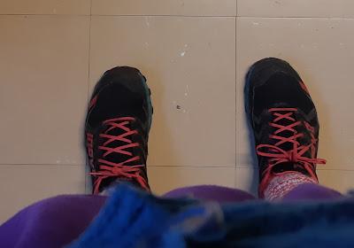Jalkaterät kuvattu ylhäältäpäin, lenkkitossut jalassa