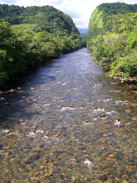 personas sumergidas en las aguas trasparentes del río fraguita