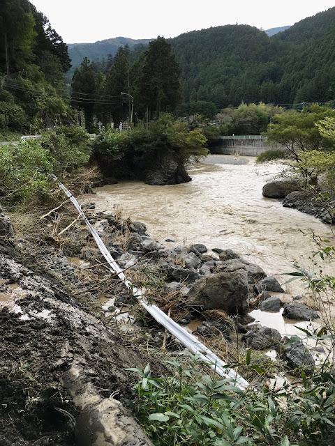 台風19号の大雨で崩れガードレールが河原まで落下した名栗川